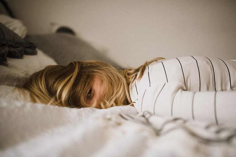 woamn lying on bed